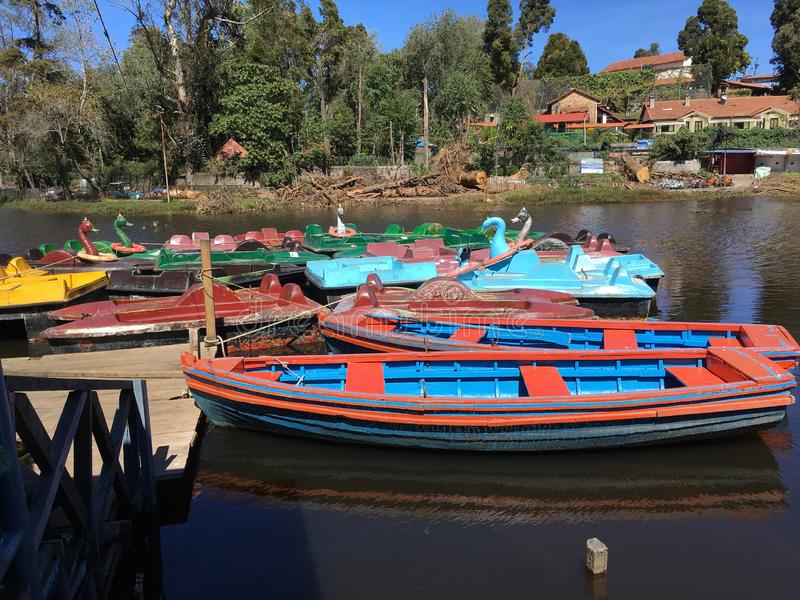 Kleurrijke boten bij Kodaikanal-Heuveltoevlucht stock foto's