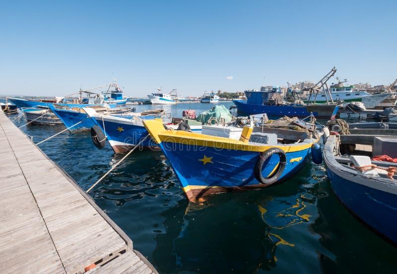 Kleurrijke boten in de haven in Taranto in Puglia, Zuidelijk Italië royalty-vrije stock afbeelding