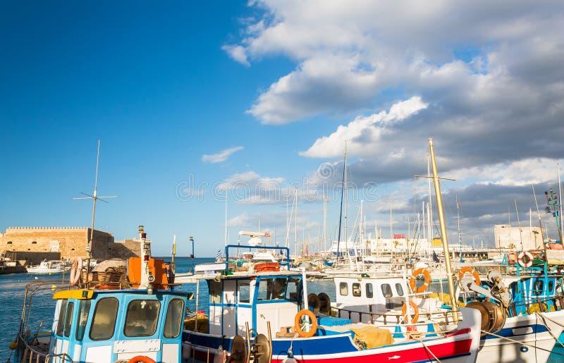 Kleurrijke boten in de haven van Heraklion Kreta royalty-vrije stock foto