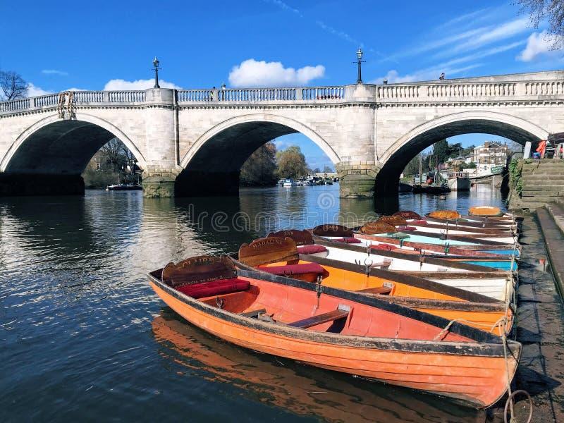 Kleurrijke boten en brug stock fotografie
