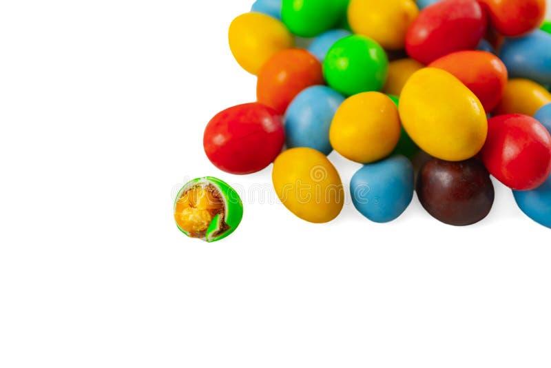 kleurrijke candy chocolade met pinda ' s in geïsoleerde witte achtergrond suikersnack royalty-vrije stock afbeeldingen