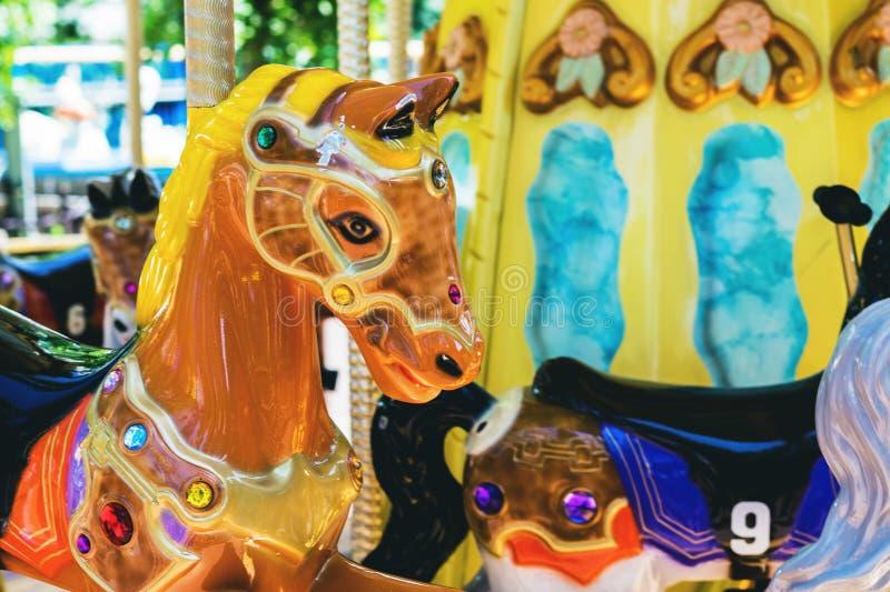 Kleurrijke carrousel De paarden op Vrolijk Carnaval gaan rond stock fotografie