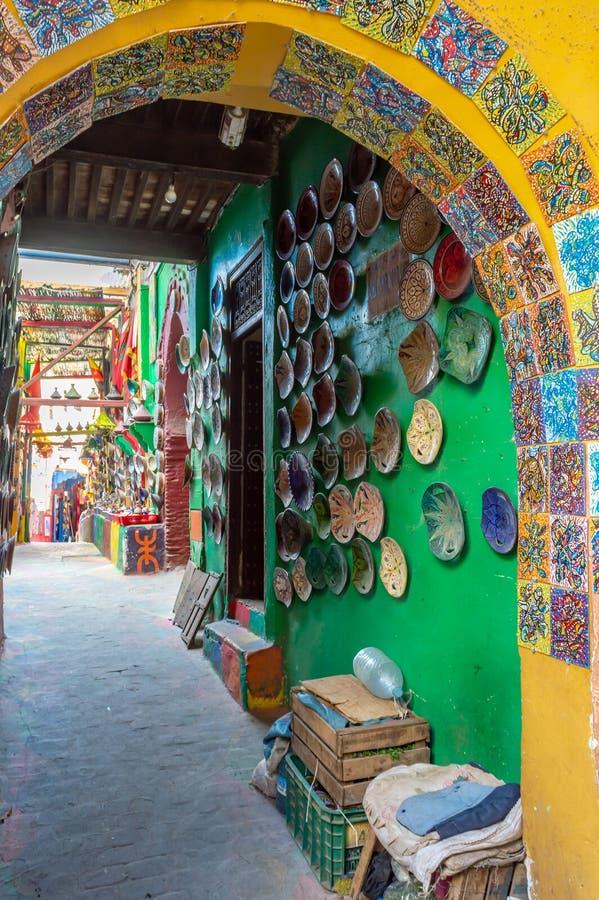 Kleurrijke ceramisch in een souk in medina van Fe, Marokko royalty-vrije stock afbeelding