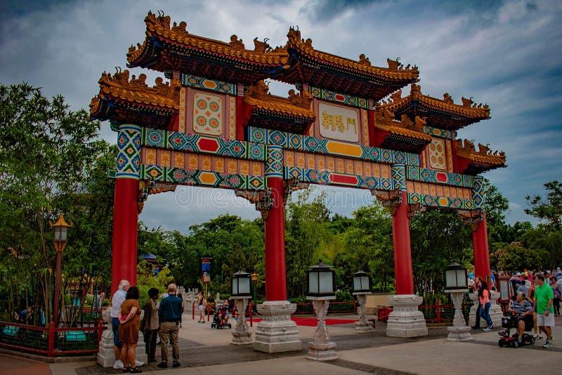 Kleurrijke Chinese archs op zonsondergangachtergrond in Epcot stock fotografie