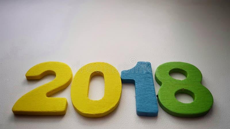 kleurrijke cijfers die nummer 2018 op een warme witte achtergrond vormen stock foto's