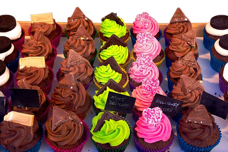 Kleurrijke cupcakes op straatmarkt stock foto's