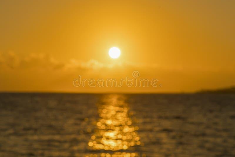 Kleurrijke dageraad over het overzees, Zonsondergang Mooie magische zonsondergang over het overzees onscherp royalty-vrije stock afbeelding