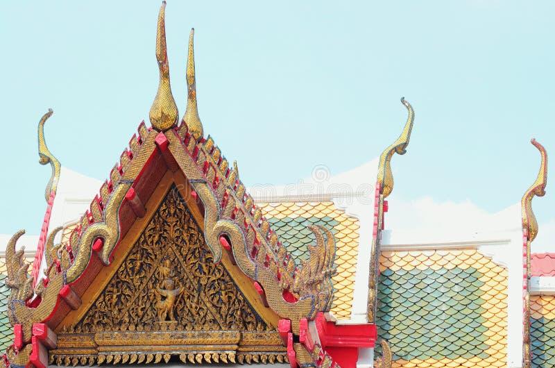 Kleurrijke daktegels en de gouden architectuur van de geveltoptop royalty-vrije stock fotografie
