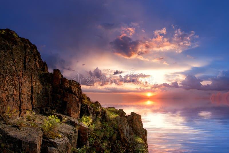 Kleurrijke daling over de oceaan stock fotografie
