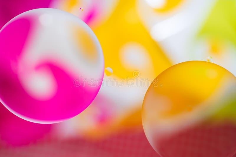 Kleurrijke dalingen van olie en luchtbellen op het water stock afbeeldingen