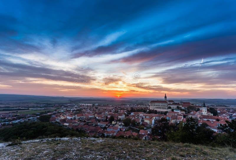 Kleurrijke de herfstzonsondergang over de Mikulov-stad, Moravië, Tsjechische Republiek royalty-vrije stock fotografie