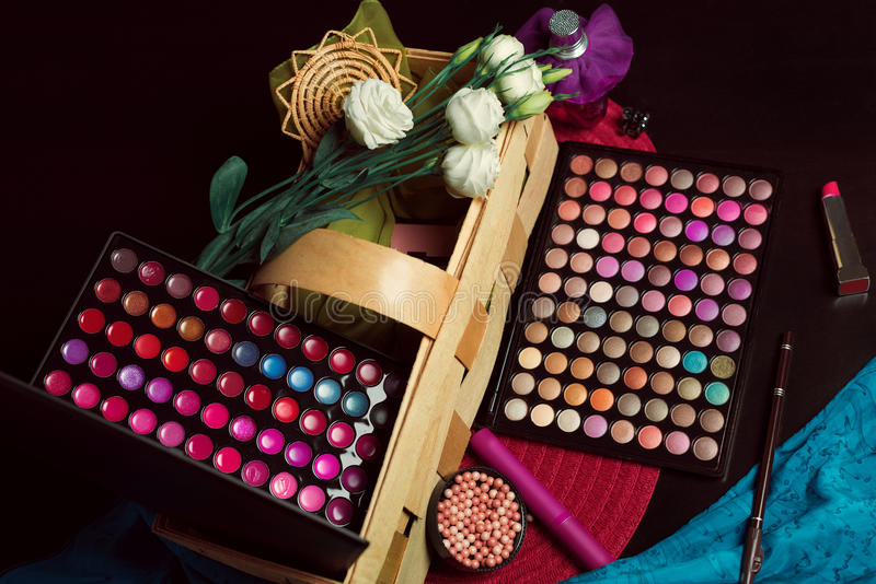 Kleurrijke de oogschaduwpaletten van de samenstelling stock fotografie