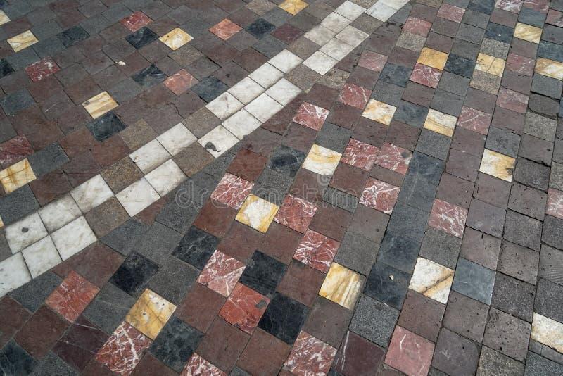 Kleurrijke de textuurbestrating van de baksteen marmeren steen op klassieke patroonachtergrond, oude stads openbare open plek stock foto