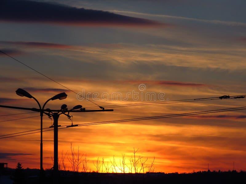 Kleurrijke de winterzonsondergang in de stad Zuivere foto Geen Photoshop-correctie stock afbeeldingen