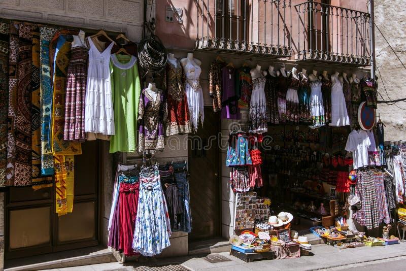 Kleurrijke de zomerkleren in winkels in Zuidelijk Europa stock foto