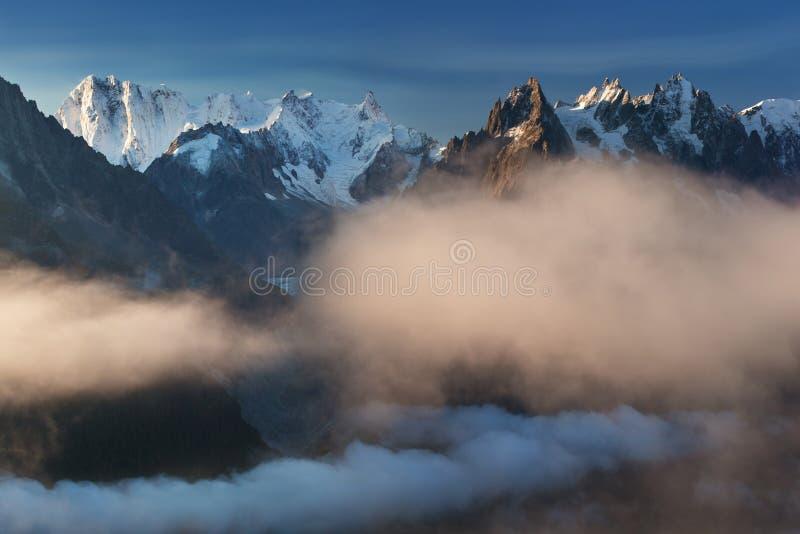Kleurrijke de zomermening van Mont Blanc Monte Bianco op achtergrond, Chamonix-plaats Mooie openluchtscène in Alpen stock foto
