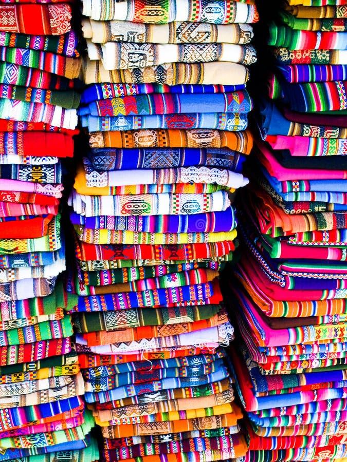 Kleurrijke dekens in Boliviaanse straatmarkt stock foto's