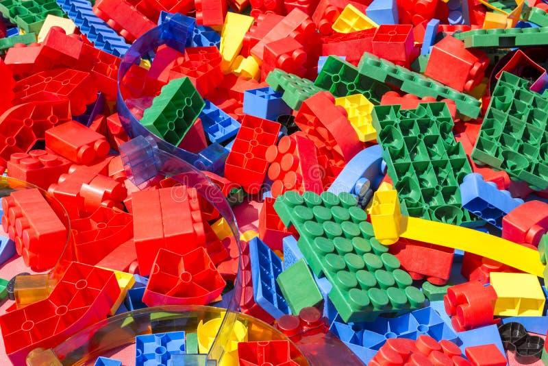 Kleurrijke Details van de plastic ontwerper van kinderen onder de heldere zon stock afbeeldingen