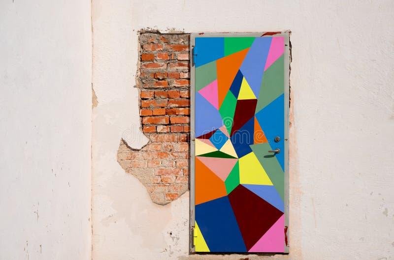Kleurrijke deur in Vadstena, Zweden stock afbeelding