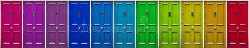 Kleurrijke deuren Kleurenpatronen Mooie modieuze, oude deur Allegorie van het weggaan van een moeilijke situatie royalty-vrije stock afbeelding