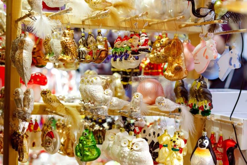 Kleurrijke dichte omhooggaande details van Kerstmis eerlijke markt Ballendecoratie voor verkoop Kerstmismarkt in Duitsland met tr royalty-vrije stock afbeeldingen
