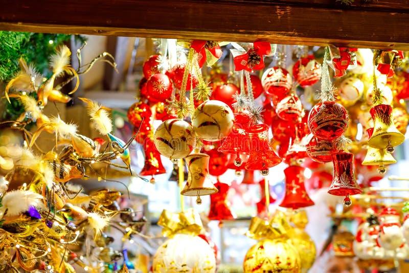 Kleurrijke dichte omhooggaande details van Kerstmis eerlijke markt Ballendecoratie voor verkoop Kerstmismarkt in Duitsland met tr stock fotografie