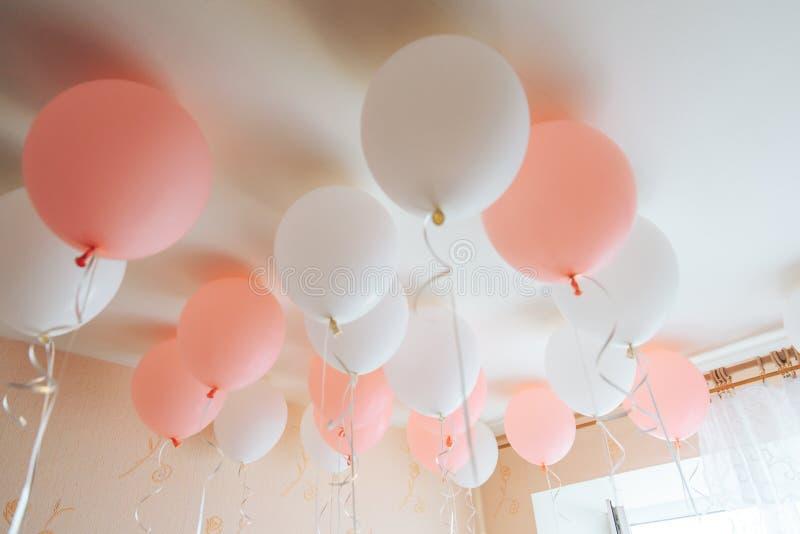 Kleurrijke die ballons in ruimte op verjaardagspartij wordt voorbereid royalty-vrije stock foto's