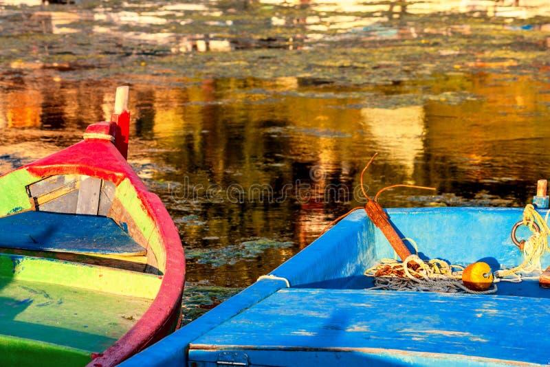 Kleurrijke die boten, in de jachthaven van de stad van Sozopol worden vastgelegd royalty-vrije stock foto
