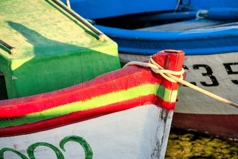 Kleurrijke die boten, in de jachthaven van de stad van Sozopol worden vastgelegd royalty-vrije stock fotografie