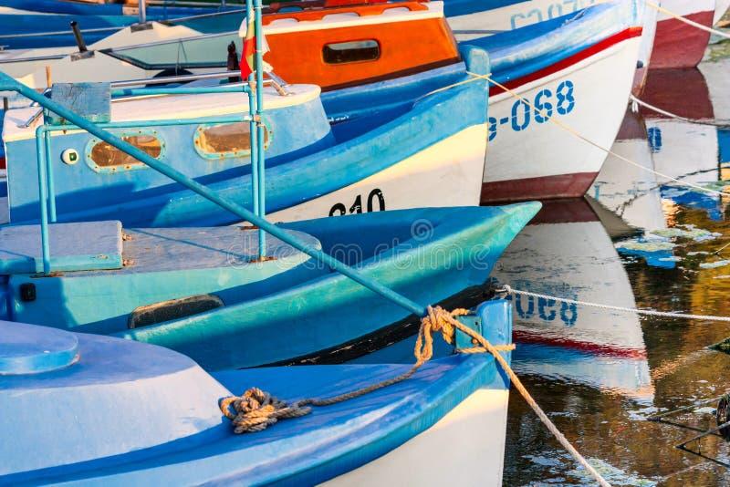 Kleurrijke die boten, in de jachthaven van de stad van Sozopol worden vastgelegd stock foto