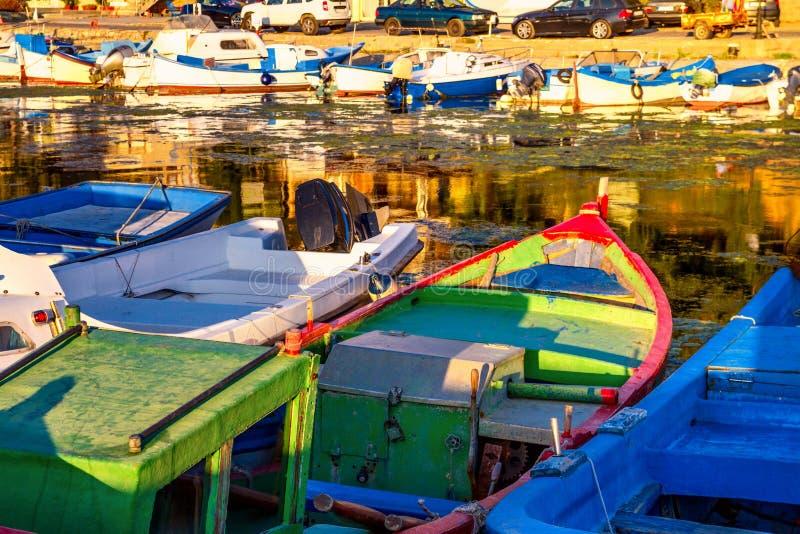 Kleurrijke die boten, in de jachthaven van de stad van Sozopol worden vastgelegd royalty-vrije stock foto's
