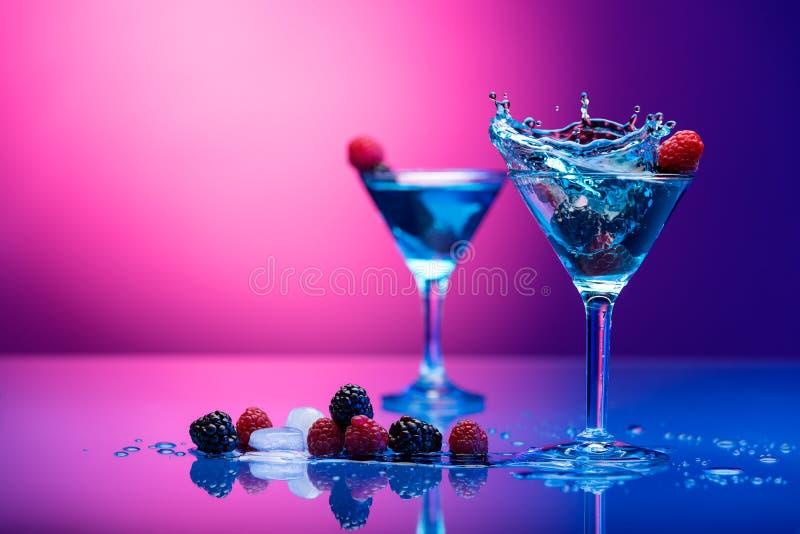 Kleurrijke die cocktails met bessen worden versierd stock afbeeldingen