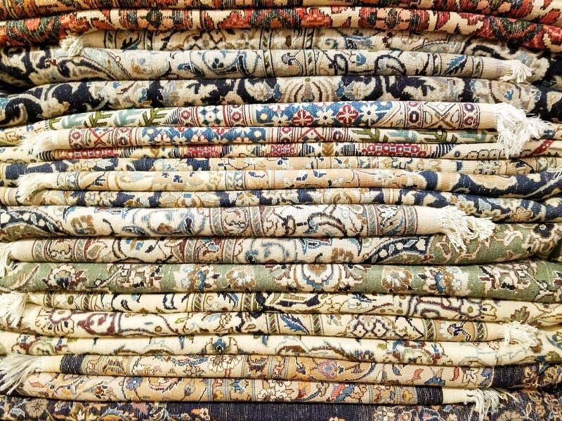 Kleurrijke die dekens en tapijten in een stapel worden gestapeld royalty-vrije stock fotografie
