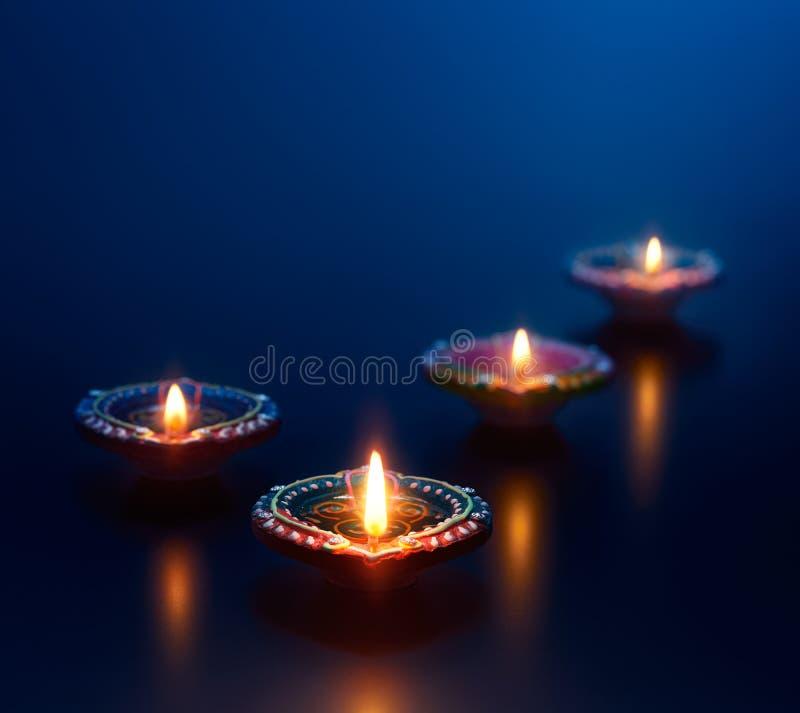 Kleurrijke die diyalampen tijdens diwaliviering worden aangestoken stock foto