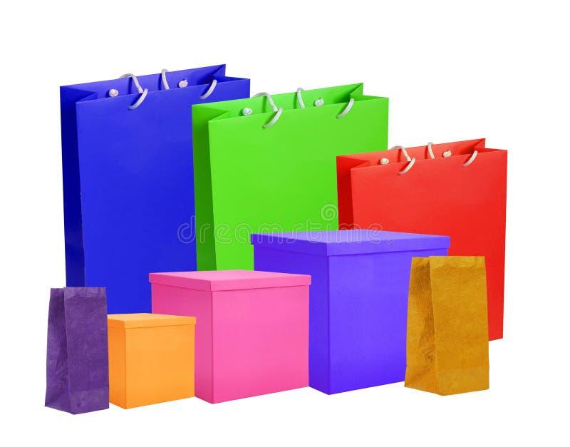 Kleurrijke die document het winkelen zakken en vakjes op wit worden geïsoleerd stock fotografie