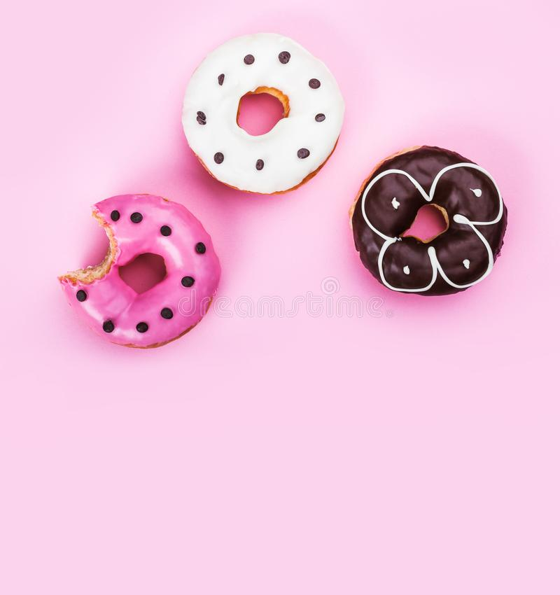 Kleurrijke die donuts op roze achtergrond wordt geïsoleerd, een doughnut is beet stock fotografie