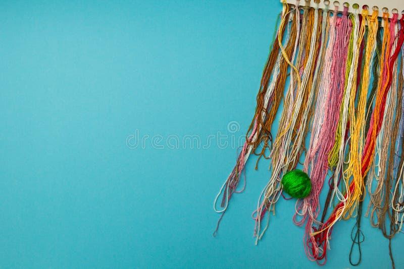 Kleurrijke die draden voor handwerk worden geplaatst stock afbeeldingen