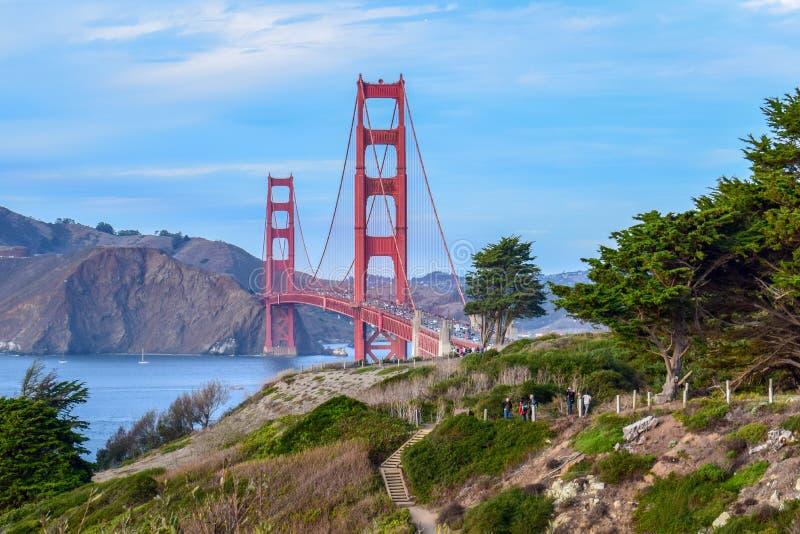 Kleurrijke die Golden gate bridge en Aard, Bomen en Klippen van San Francisco, CA wordt gezien royalty-vrije stock foto's