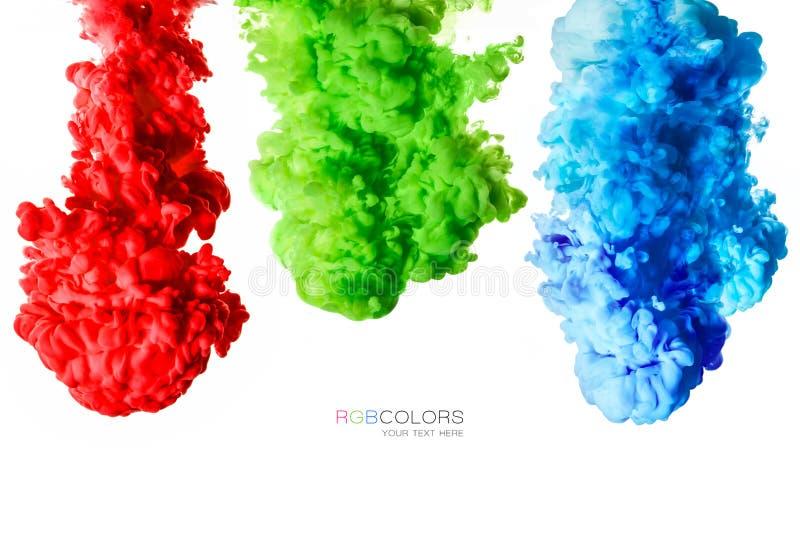 Kleurrijke die inkt in water op wit wordt geïsoleerd De textuur van de verf Regenboog van kleuren stock foto