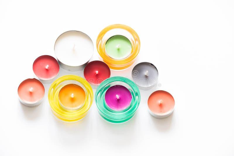 Kleurrijke die kaarsen op witte achtergrond worden geïsoleerd stock foto's