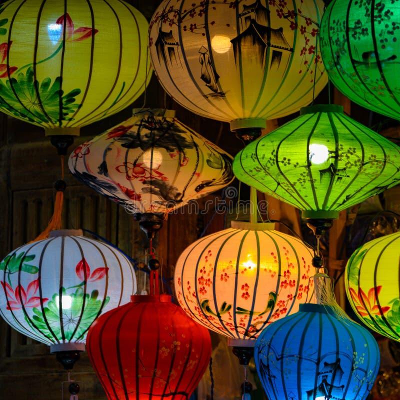 Kleurrijke die lantaarns, lampions in Hoi An, Vietnam, Straat met Chinese Lantaarns voor Chinees Nieuwjaar wordt verfraaid stock afbeeldingen