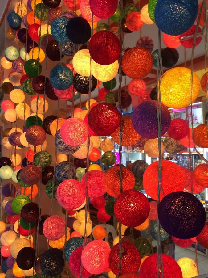 Kleurrijke die lantaarns van draden worden gemaakt stock foto's