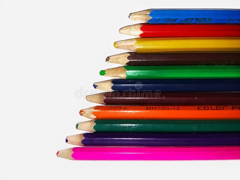 Kleurrijke die potloden op witte achtergrond worden ge?soleerd stock afbeeldingen