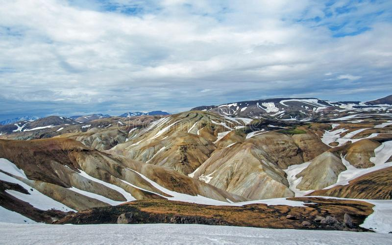 Kleurrijke die ryolietbergen met sneeuw op het geothermische gebied van Jokultungur, Laugavegur, Fjallabak-centraal Natuurreserva stock fotografie
