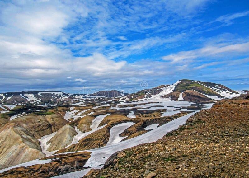 Kleurrijke die ryolietbergen met sneeuw op het geothermische gebied van Jokultungur, Laugavegur, Fjallabak-centraal Natuurreserva royalty-vrije stock foto