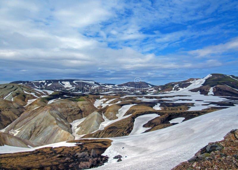 Kleurrijke die ryolietbergen met sneeuw op het geothermische gebied van Jokultungur, Laugavegur, Fjallabak-centraal Natuurreserva stock afbeeldingen