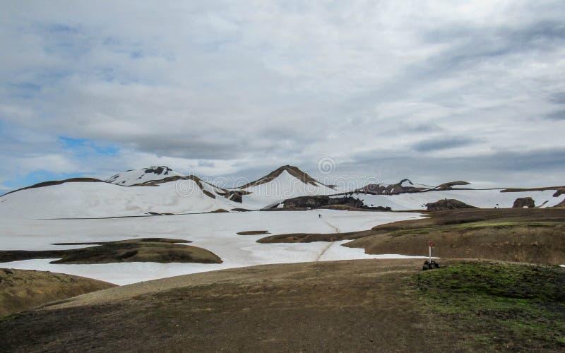 Kleurrijke die ryolietbergen met sneeuw op het geothermische gebied van Jokultungur, Laugavegur, Fjallabak-centraal Natuurreserva stock afbeelding