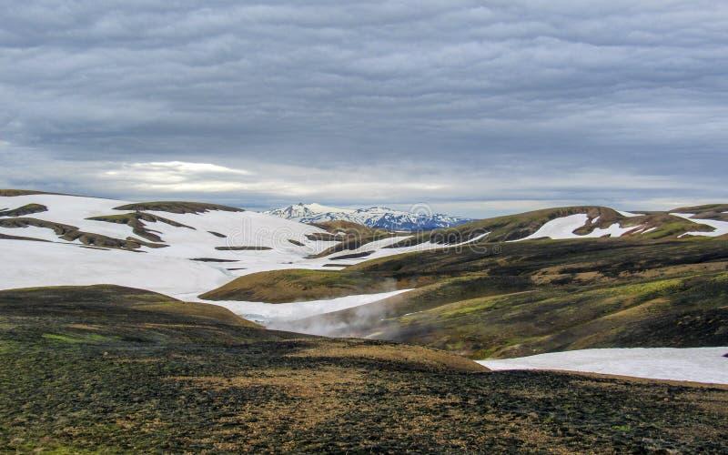 Kleurrijke die ryolietbergen met sneeuw op het geothermische gebied van Jokultungur, Laugavegur, Fjallabak-centraal Natuurreserva stock foto's