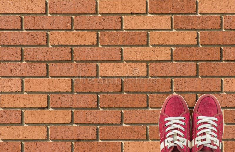 Kleurrijke die schoenen op baksteenachtergrond worden geplaatst met exemplaarruimte Hoogste mening stock afbeeldingen