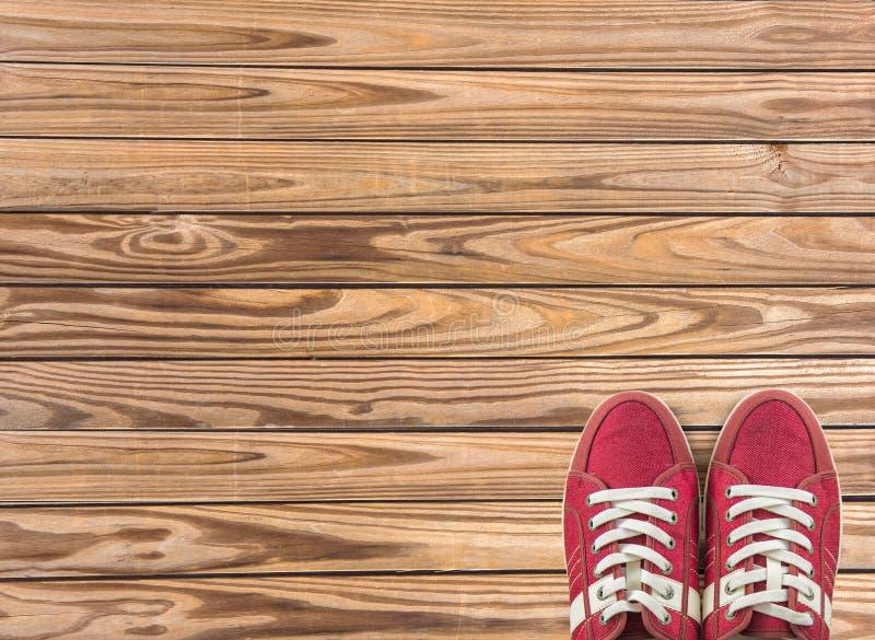 Kleurrijke die schoenen op houten achtergrond met exemplaarruimte worden geplaatst Hoogste mening royalty-vrije stock foto